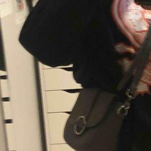 assnygg väska i jättebra skick, använd få gånger. säljer pga att jag ej använder den, köparen står för frakt!
