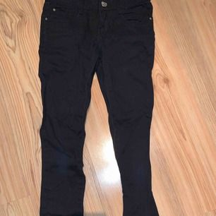 """Svarta jeans, tyvärr har ena """"bälteshållaren"""" lossnat"""