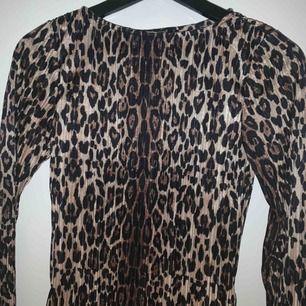 En knappt använd tröja köpa på Gina tricot i ett supersnyggt leopardmönster, har också en liten slits på vardera sida vid midjan, frakt tillkommer