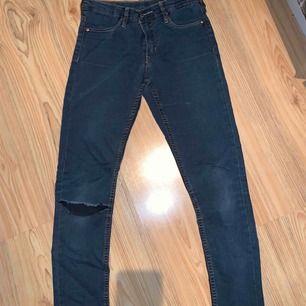 Jeans med hål i knä - och tyvärr ett ovanför byxfickan