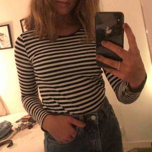 Randig tröja från H&M, använd ett fåtal gånger. Storlek 152 men fungerar som xs/xxs, pris kan diskuteras💕