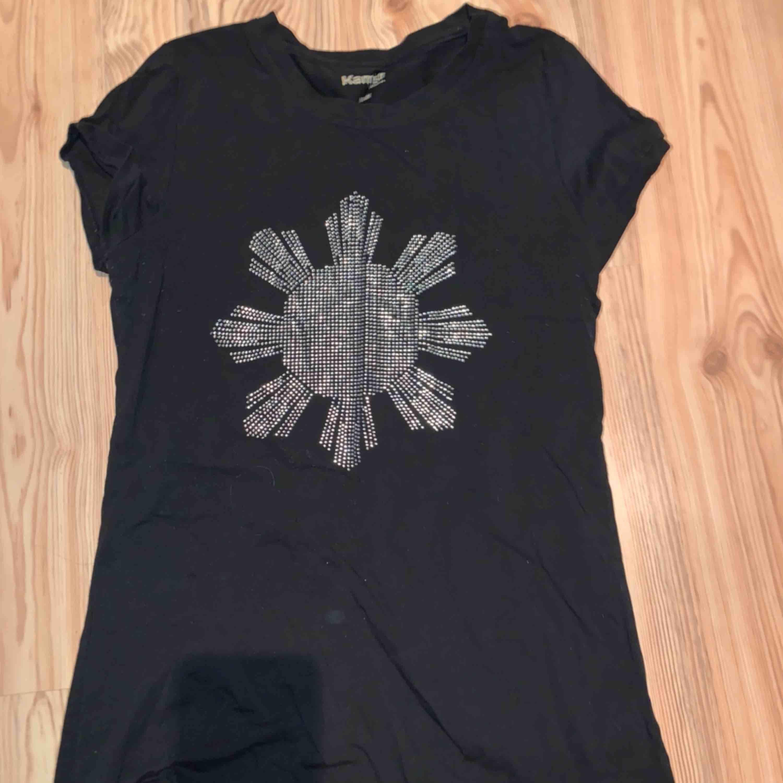 Svart t-shirt med en sol av diamanter. T-shirts.