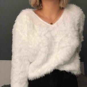 Vit fluffig tröja med V-ringning köpt på MQ. Kan bäras upp på olika sätt och väldigt skön i materialet.