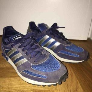 Ett par Adidas LA Trainer. Blåa, använda rätt mycket så lite smutsiga på mockan. Bra skor nu till våren som passar till det mesta! Fraktar eller möts upp i Stockholm. Frakt INGÅR EJ i priset. :-)