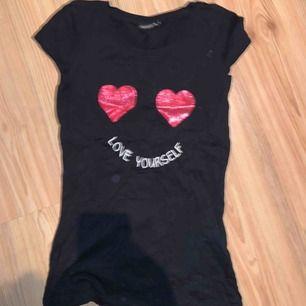 Svart T-shirt med text och hjärtan