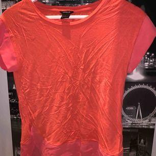 T-shirt med tygdetaljer vid ärmarna samt längst ner på tröja