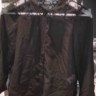 Svart genomskinlig svarta skjorta med spets