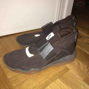 Säljer mina Nike Komyuters. Bruna med schyssta spännen med magnetstängning :) Använda ganska mycket, väldigt enkla att rengöra/hålla rena (bara att torka av). Möts upp i Stockholm eller fraktar. Frakt INGÅR EJ i priset. :-)