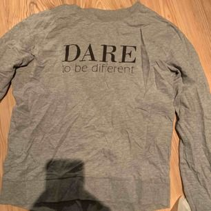 """Dare to be different"" - grå långärmad tröja"