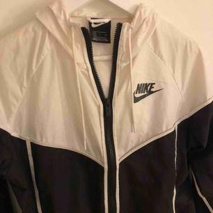 Nike svartvit windrunner jacka! Använd ett fåtal gånger så i jättebra skick! Frakt tillkommer💕