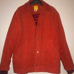 Skitsnygg retro jacka i orange/röd färg från carlings, väldigt sparsamt använd så den är i bra skick! 250kr med frakt :)