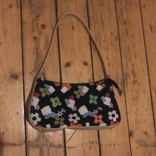 Jättefin väska köpt second hand helt oanvänd som ny, fint blommönster liten söt handväska påminner om early 00s! Möts upp i stockholm
