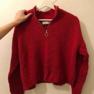 Röd stickad tröja med dragkedja. Aldrig använd. Frakt tillkommer💖