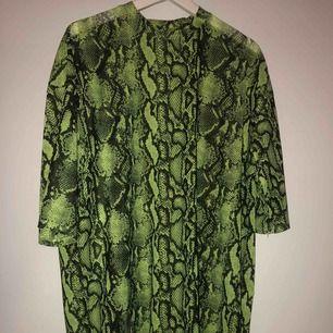 T-shirt klänning som går att använda både som klänning och oversized T-shirt! Använd 1 gång, från junkyard