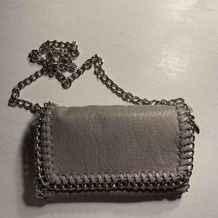 Säljer denna super fina väska! Har endast använt den 2-3 ggr, på grund utav att den inte riktigt är min stil längre... Nypris: 450kr säljer den för: 250kr❤️Köpte den på scorett, märket är Tiamo❤️😘