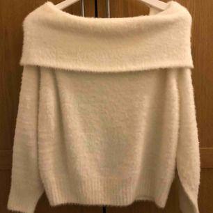 Vit fluffig off shoulder tröja från H&M. Aldrig använd så i nyskick. Jättemysig och fin, frakt tillkommer💕
