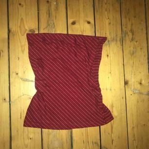 Röd tube top med vita ränder, jättesöt men kommer inte till användning, möts upp i stockholm