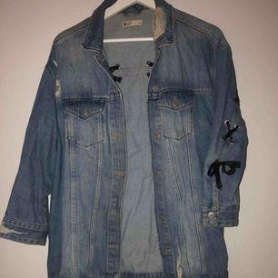 Skitsnygg jeansjacka som sitter oversized, stryker självklart innan den postas!