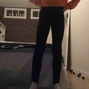 Högmidjade jeans med slitningar och dragkedja längst ner som är jätte sköna men som inte är min stil:( köpt på lager 157 för 250kr och har använts 2 gånger