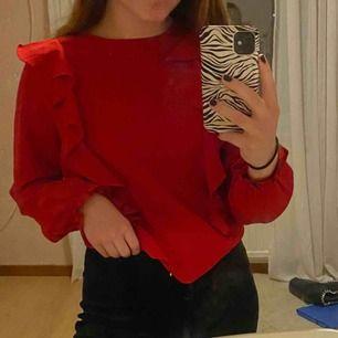 Fin blus från Kappahl. Använd endast en gång så otroligt bra skick. Köpt på barnavdelningen på Kappahl och är i storlek 164. Jag har vanligtvis storlek XS och denna tröja sitter bra på mig.