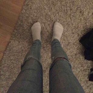 Blåa jeans med hål i knäna. Dem är jättesköna men används tyvärr inte längre:/