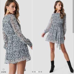 Säljer denna jättefina klänning från NAKD i storlek 32 då det tyvärr var ett felköp av mig. Jag har inte ens öppnat paketet och den är därmed inte ens testad. Helt ny med andra ord! 499kr är nypriset 💞 Betalas med Swish och köparen står för frakt 📦