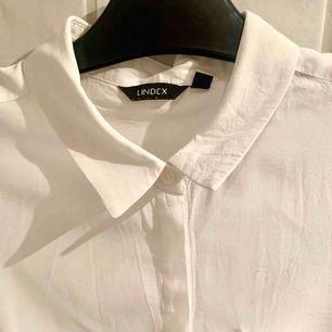 Snygg klassisk vit skjorta!