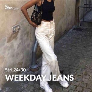 Vita fina mom jeans eller vidare byxor från Weekday