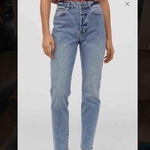 Dom populära slutsålda slim mom jeansen från H&M ⚡️⚡️⚡️ Storlek 34 och högmidjade, snygga som fan men tyvärr för stora för mig 🥺 Prislapp kvar