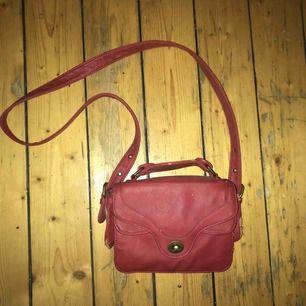 Snygg röd väska med vita fläckar, men som går att ta bort, snygg insida med massa effektiva fack! Möts i stockholm