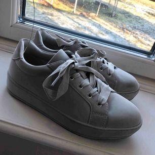 Skitsnygga gråa sneakers i storlek 38. Helt nya & säljes då de tyvärr är för små för mig. Nypris runt 400kr!   Köparen står för frakten 🥰