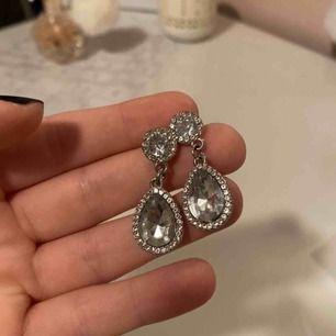 Köpta för ca 50kr. Aldrig använda och alla diamanter sitter kvar.