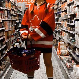 Nike Canada Hockey.  Använt som oversized/klänning.