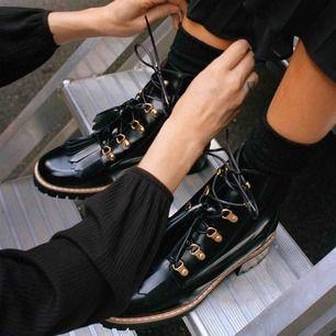 Snygga boots / Dr. Martens liknande skor. Köpta på & Other Stories för 1800kr💕 Har guld detaljer men inga tofsar som på bilden då jag tyckte att de såg mycket bättre ut utan! (Endast använda några få gånger)