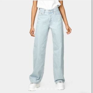 säljer mina trendiga jeans från junkyard. helt oanvända då jag beställde fel storlek, kan även byta mot en 26💜
