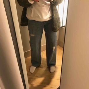 Super snygga baggy jeans ifrån H&M, sparsamt använda och säljer pga de blivit för stora. Fraktpris tillkommer annars möts jag upp i sthlm