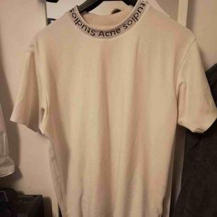 Acne Studios crewneck t-shirt i storlek medium. Killmodell men sitter lika bra på tjejer om man gillar oversize tröjor. Kontakta mig angående priset eller fler bilder på tröjan 💕