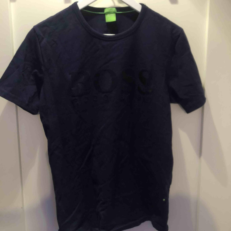 Hugo Boss t-shirt i storlek S, knappt använd, frakt tillkommer, vid frågor kom DM. T-shirts.