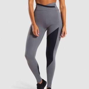 """Säljer mina fina gymshark byxor då de aldrig kommer till användning. Modellen heter """"asymmetric leggings"""". Jättebekväma och formar kroppen väldigt bra, får även rumpan att se bra ut då det är lite """"contour"""" där🥰"""