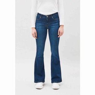 """Helt nya bootcut byxor ifrån Dr.Denim i modellen """"Macy"""". Detta är mina absoluta favorit byxor jag ÄLSKAR dem, säljer pga jag råkade beställa två par. Jätte stretchiga & så bra på, framhäver kroppen bra!💕 Nypris 600kr + frakt"""