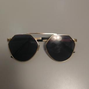 Supersnygga och cleana glasögon köpta i Singapore, inget märke men så fina på!