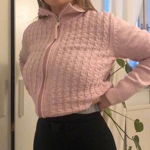 Jätte gullig och fin rosa kofta från Isolde. Är i M men sitter mer som en S. Köparen står för frakten💖