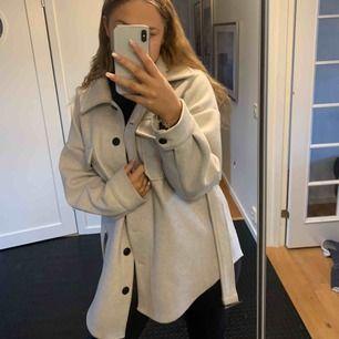 Säljer nu min fina och väldigt populära kappa från Nelly ! Använd fåtal gånger o säljer endast för att det inte riktigt är min stil. 600 kr eller bud.