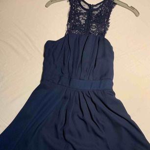 Kort mörkblå klänning, använd två gånger, bra skick. Spets upptill. Köpt från Nelly.