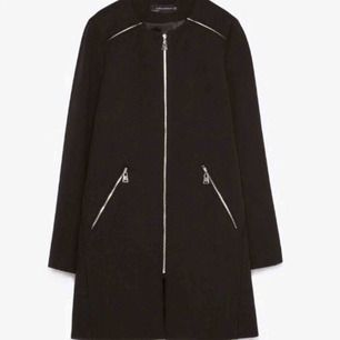 Väldigt snygg kappa från Zara, såldes för cirka 4,5 år sedan. Enda är att dragkedjan är lite seg, men varit så från början? Fraktkostnad tillkommer
