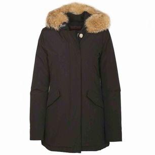 Woolrich jacka, Orginalpälsen borta men påsydd en finare! Slitage på fickor (som typ alla Woolrich jackor får), kan skicka bild. Säljer pga köpt en annan med en specifik päls:) Ny:7899:- Fraktkostnad tillkommer