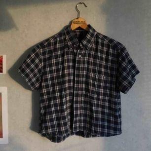 Omgjord kortärmad skjorta   Köparen står för frakten, pris kan diskuteras