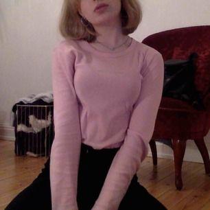 Åh älskar denna men använder för sällan! Jättegullig långärmad rosa tröja med benettonloggan i strasstenar. Superskön och passar en XS-S.    Möts upp i centrala Stockholm, kan även posta! Vill du se fler bilder är det bara att fråga💗
