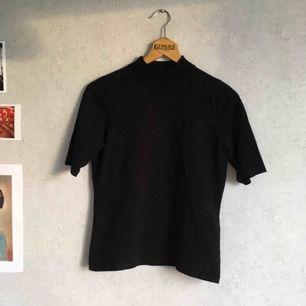 Skön svart halvpolo i mysigt material   Köparen står för frakten, pris kan diskuteras