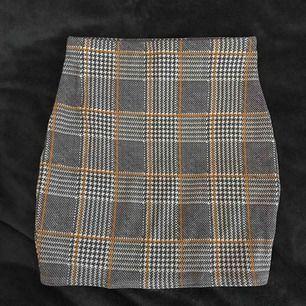 enkel rutig kjol från Boohoo, elastiskt material och sitter som en smäck!